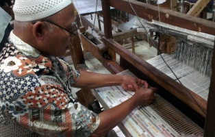 Weaving with newspapers in Batik Redaka
