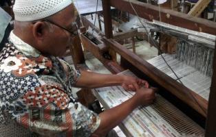 Weaving with newspapers in Batik Redaka